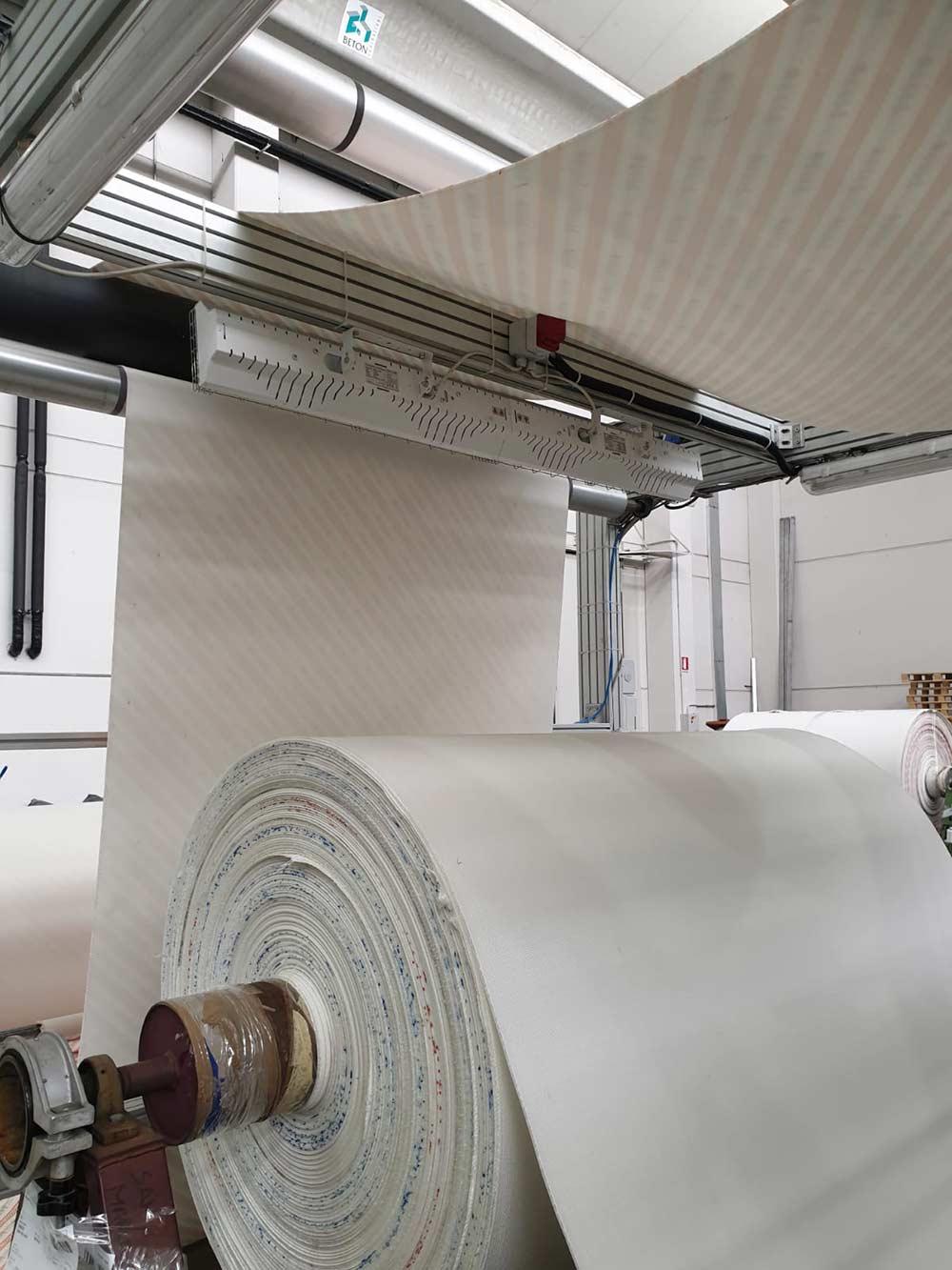 Processo produttivo di accoppiamento tra un tessuto non tessuto ed un film. Ottenuto con lampada infrarossi Grado Heaters GH-6000